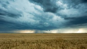 Un val de aer tropical loveste Romania! Unde se anunta furtuni si alte fenomene meteo periculoase!